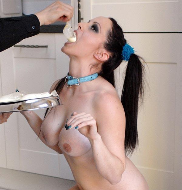 Frau wird devot abgerichtet